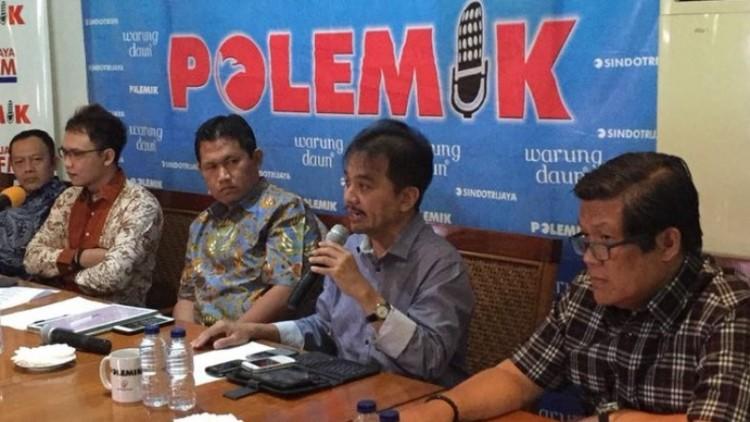 Roy Suryo (kedua dari kanan) dalam diskusi Polemik di Warung Daun