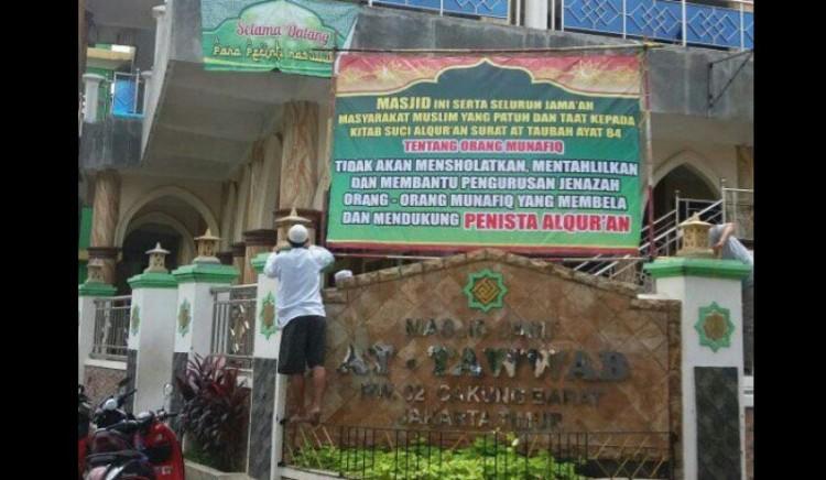 Spanduk di Masjid yang menolak salatkan jenazah pendukung penista Alquran