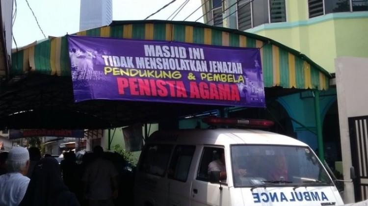 Spanduk tolak salatkan pendukung Ahok di Masjid Al Jihad