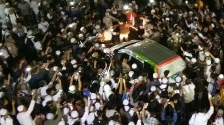 Suasana saat mobil Kompas TV diusir massa 112 di Masjid Istiqlal