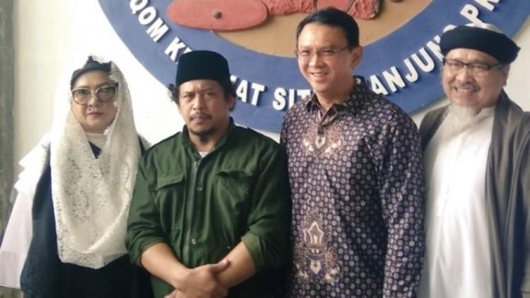Ahok berfoto dengan kedua kakaknya dan Habib Sting
