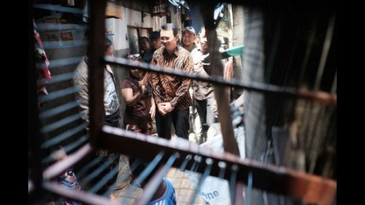 Ahok menelusuri gang sempit dan berbicara dengan warga