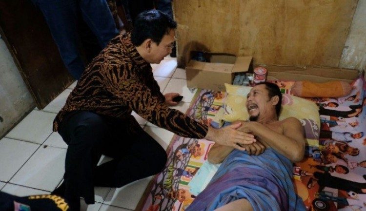Ahok mengunjungi warga sakit