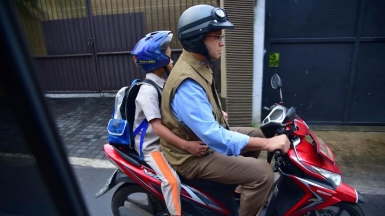 Anies Baswedan mengantar anaknya ke sekolah