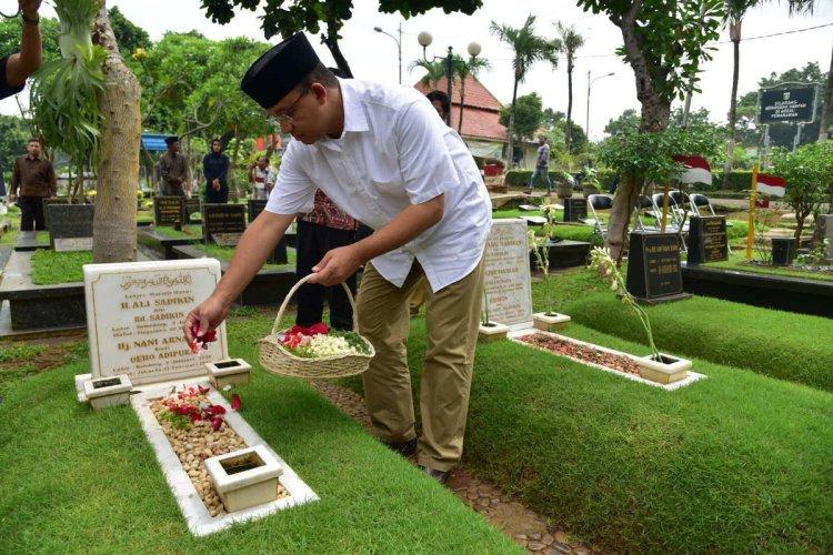 Anies Baswedan ziarah ke makam kakeknya