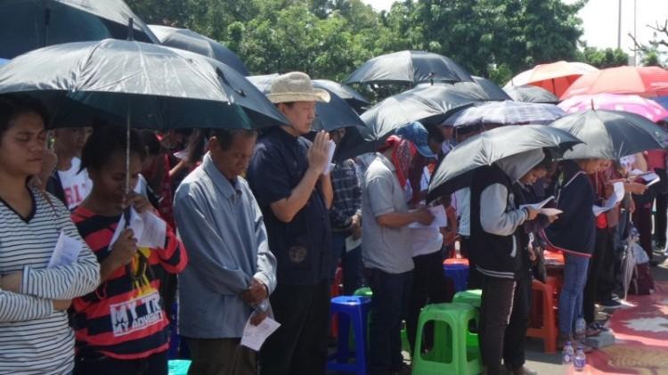 Jemaat GKI Yasmin dan HKBP Filadelfia Bekasi melaksanakan ibadah di depan Istana