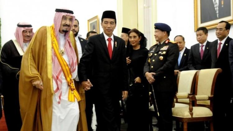 Jokowi menggandeng tangan Raja Salman di Istana Bogor