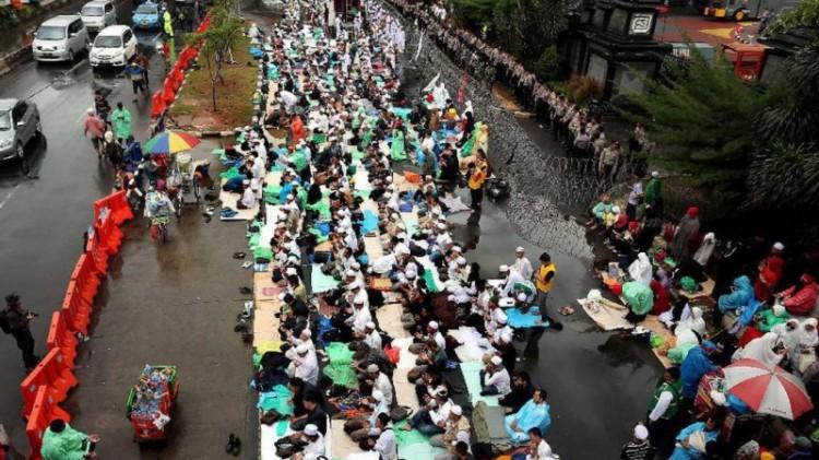 Massa GNPF saat aksi di depan Mapolda Metro Jaya
