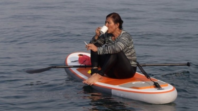 Menteri Susi Pudjiastuti asyik mengopi dan merokok di tengah laut