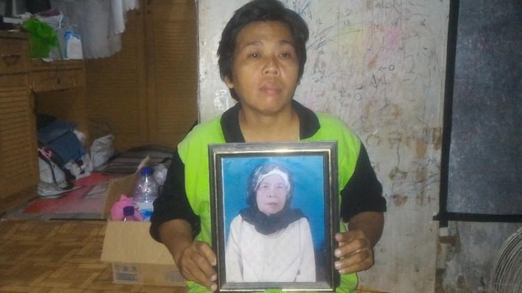 Neneng memegang foto ibunya, Hindun binti Raisman