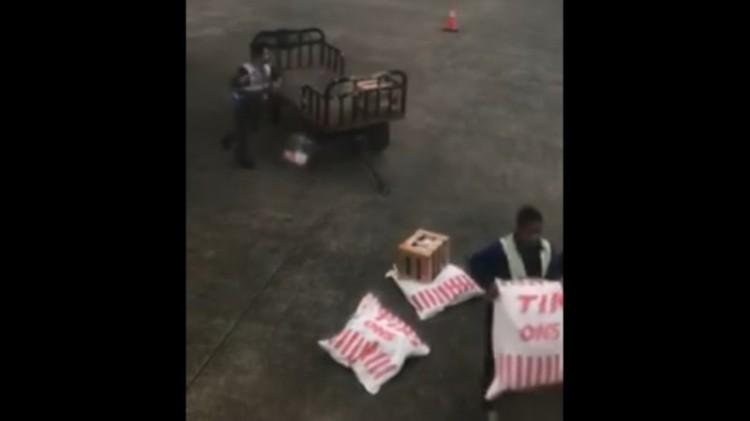 Petugas ground handling Sriwijaya Air lempar bagasi
