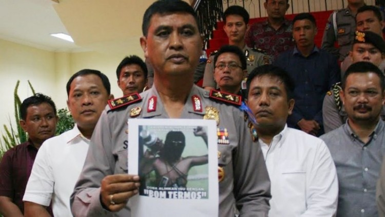 Polisi menunjukkan foto bom termos