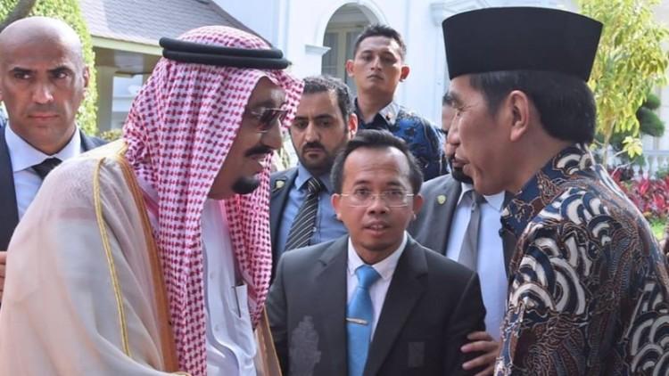 Raja Salman bersalaman dengan Presiden Jokowi