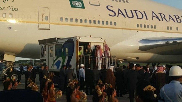Raja Salman disambut tarian pendet saat turun dari pesawat