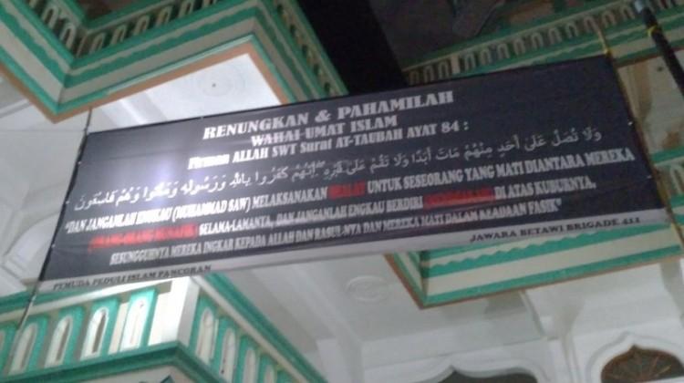 Spanduk larangan salatkan jenazah di Masjid Al Inabah Pancoran Barat