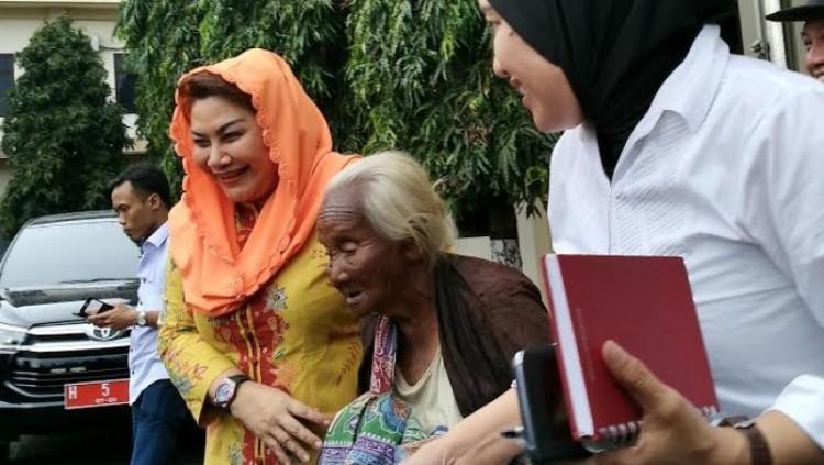 Wakil Walikota Semarang bersama Nenek Supini