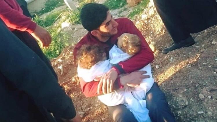 Abdul Hamid Youssef memeluk bayi kembarnya yang tewas