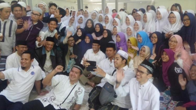 Anies Baswedan berfoto dengan pelajar di Masjid Jami Matraman