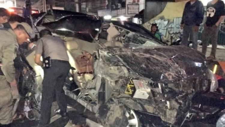 Kondisi mobil yang ditumpangi Nastsha Rossdiana setelah tabrakan