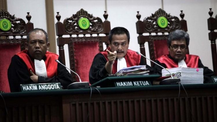 Majelis hakim berbicara kepada jaksa penuntut umum