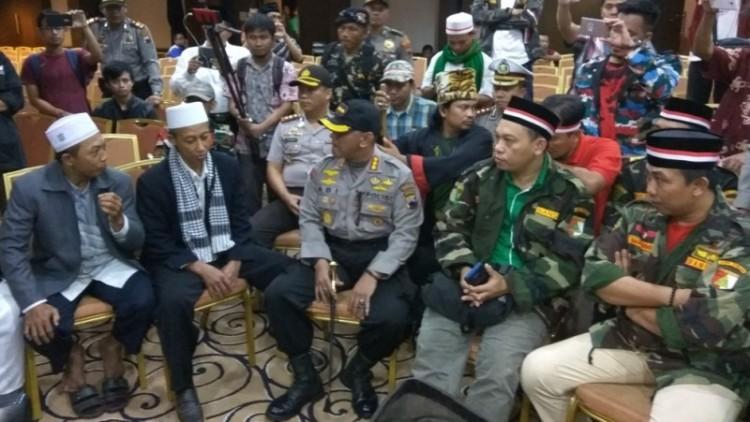 Polisi dan anggota Banser bernegosiasi dengan HTI