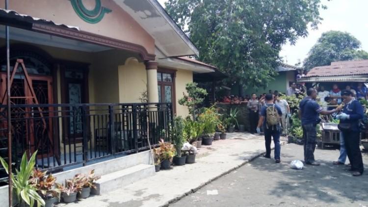 Polisi melakukan olah TKP di lokasi pembunuhan di Medan