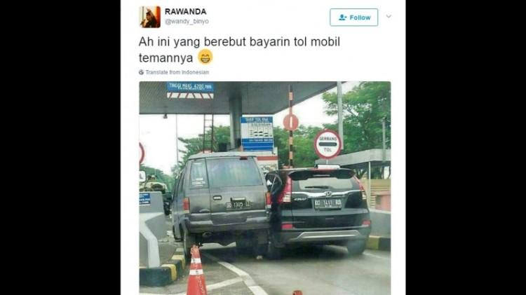 2 Mobil tampak seperti berebut masuk pintuk Tol di Makassar