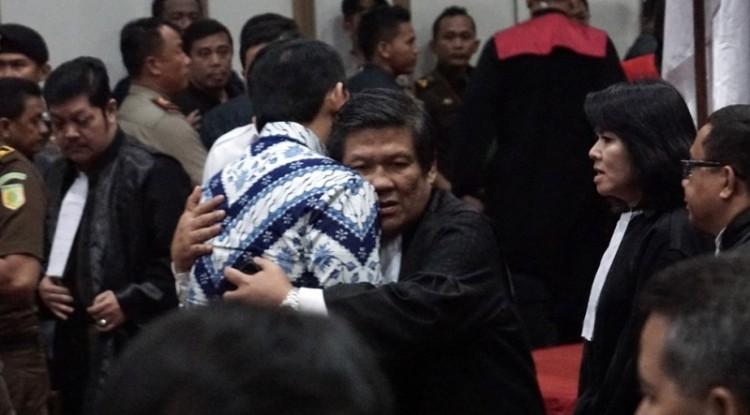 Ahok dipeluk pengacaranya usai sidang vonis