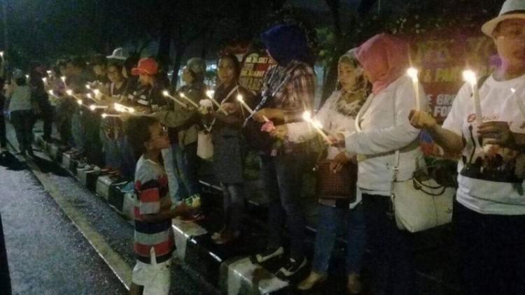 Aksi seribu lilin pendukung Ahok di Balai Kota