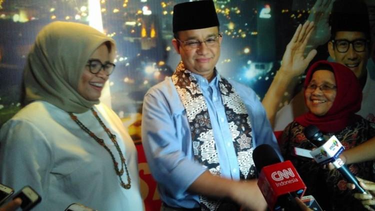 Anies Baswedan bersama istri dan ibundanya, di Jakarta