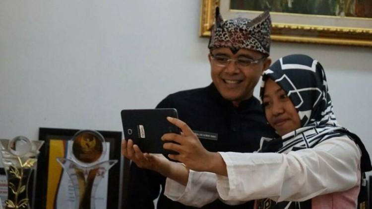 Bupati Banyuwangi Abdullah Azwar Anas saat selfie bersama Afi Nihaya