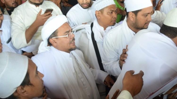 Habib Rizieq saat tiba di Bandara Juanda