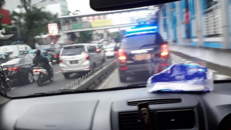 Mobil Sandiaga yang menerobos jalur busway