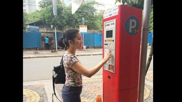 Penampakan warga menggunakan parkir meter di Jl Sabang, Jakpus