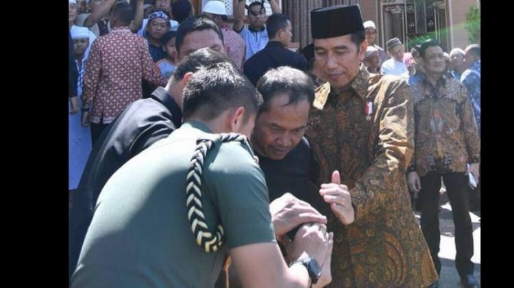 Jokowi mengecek foto di ponsel warga