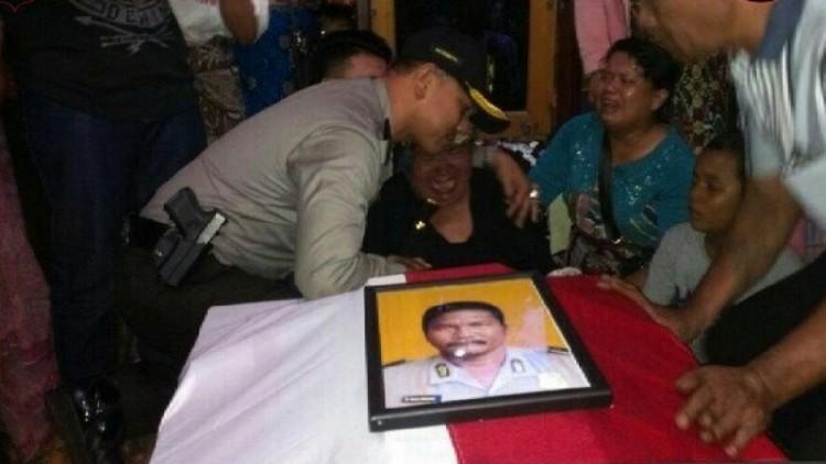 Kapolres Tapsel AKBP M Iqbal menenangkan istri Ipda Anumerta Martua