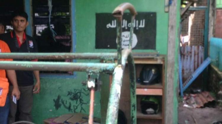 Logo ISIS di rumah Syawaluddin Pakpahan