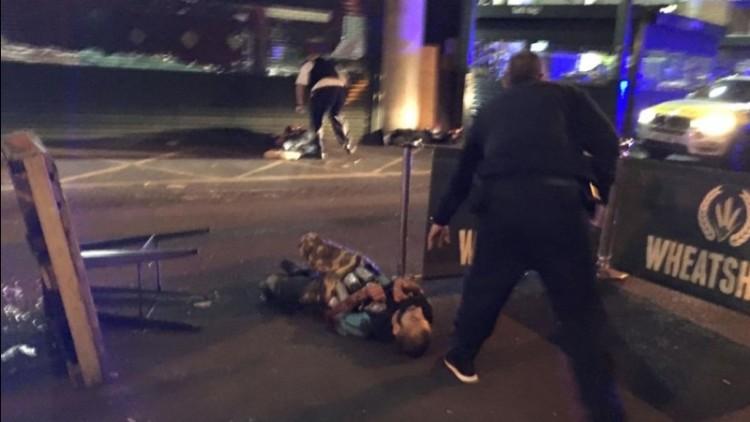 Pelaku terbaring memakai rompi bom palsu