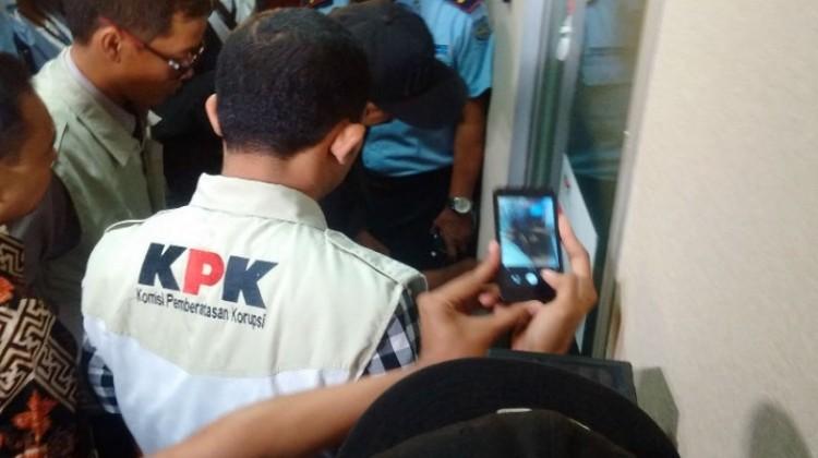 Penyidik KPK geledah ruangan kerja Parlin Purba