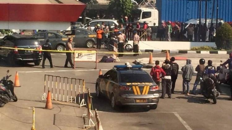 Polisi berjaga di lokasi penembakan di SPBU Daan Mogot