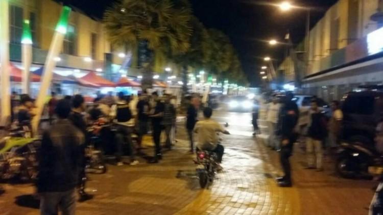 Polisi berjaga saat tawuran antara geng motor dan warga di Gowa