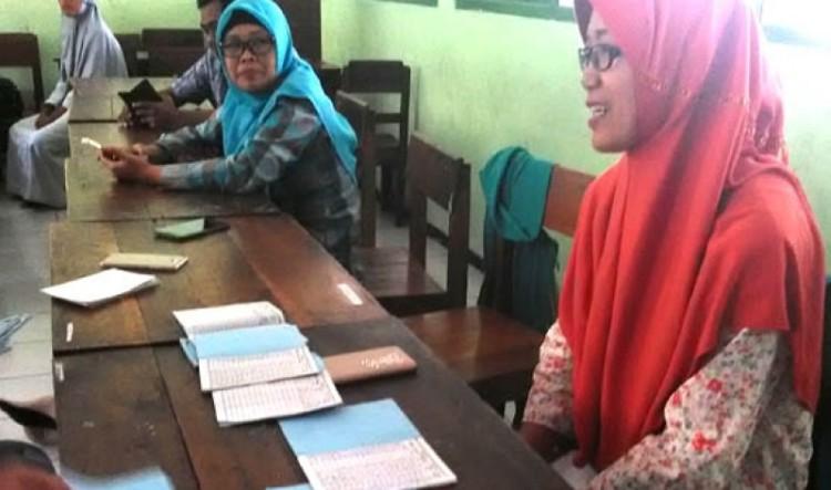 Widyawati, sang guru menunjukkan tabungan siswa