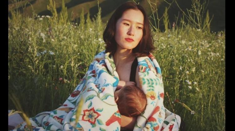 Foto Aliya Shagieva menggendong anaknya