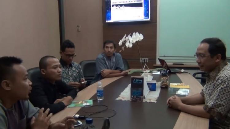 Kepala LAPAN Thomas Djamaluddin berdiskusi dengan kelompok bumi datar