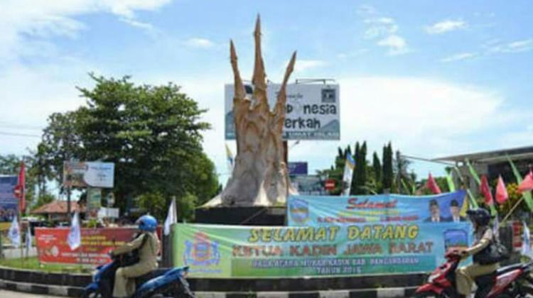 Patung ikan karya Nyoman Nuarta di Pangandaran sebelum dibongkar