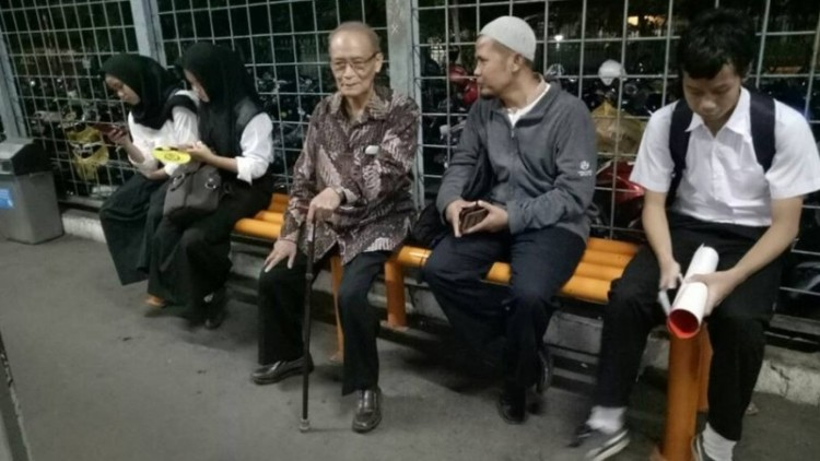 Buya Syafii hendak naik KRL menuju Istana Bogor