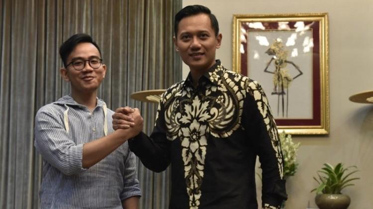Gibran Rakabuming Raka berjabat tangan dengan Agus Harimurti Yudhoyono