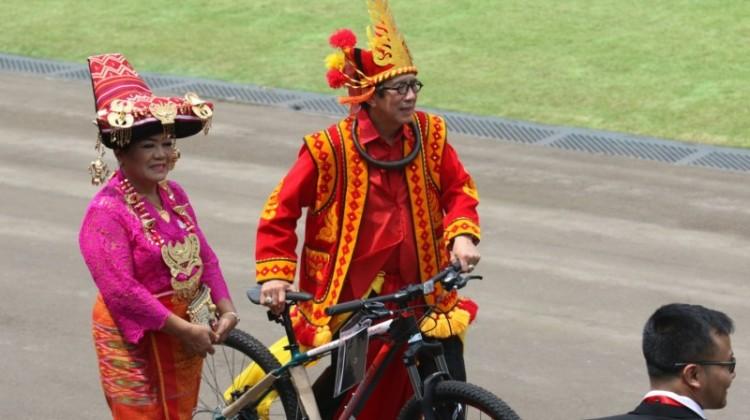 Menkumham, Yasonna H Laoly dan istri membawa hadiah sepeda dari Jokowi