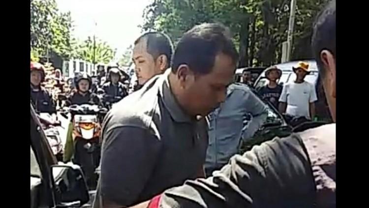 Tampang pria pemukul pengemudi wanita di Bandung