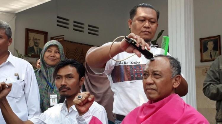 Warga dan PNS Kota Tegal lakukan cukur massal